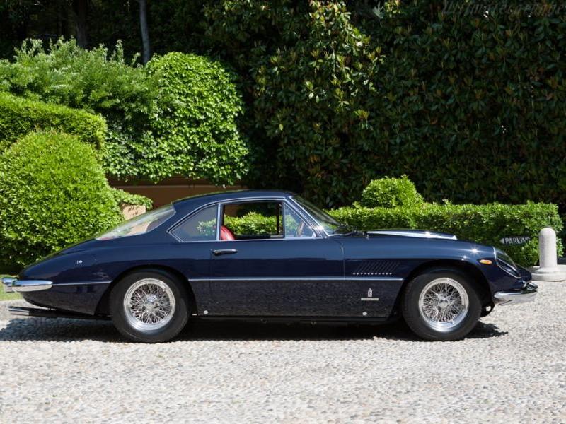 Синий купе Ferrari 400 SA, вид сбоку