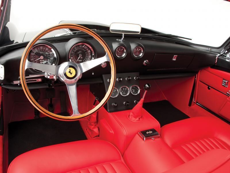 Красный салон, руль, коробка передач Ferrari 400 SA