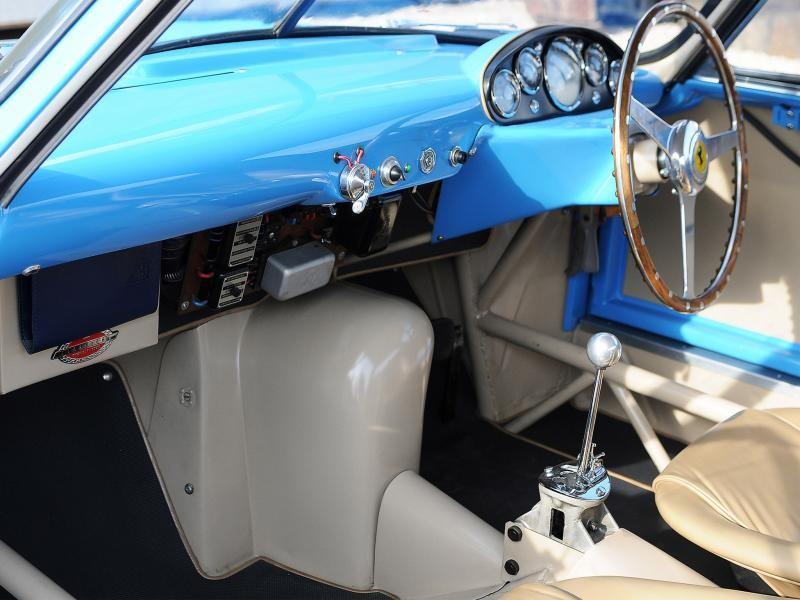 Руль, коробка передач, бежевый салон Ferrari 500 Mondial