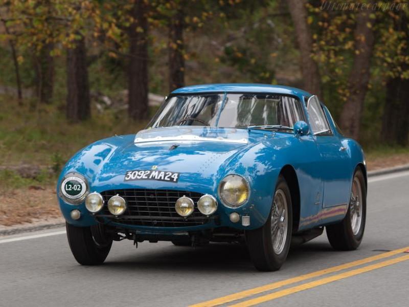 Купе Ferrari 500 Mondial вид спереди