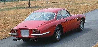 Красный Ferrari 500 Superfast вид сзади