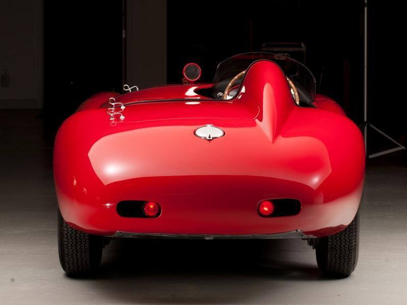 Красный Ferrari 750 Monza, вид сзади