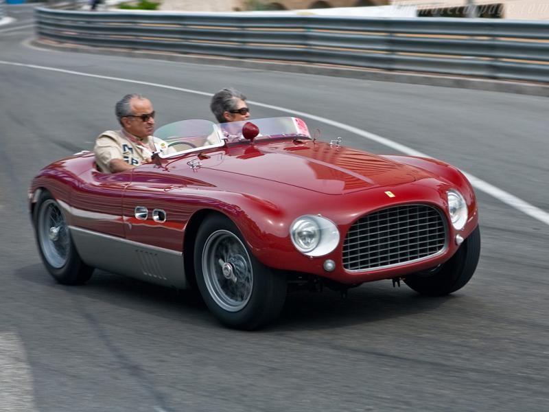 Красный кабриолет Ferrari 625 TF