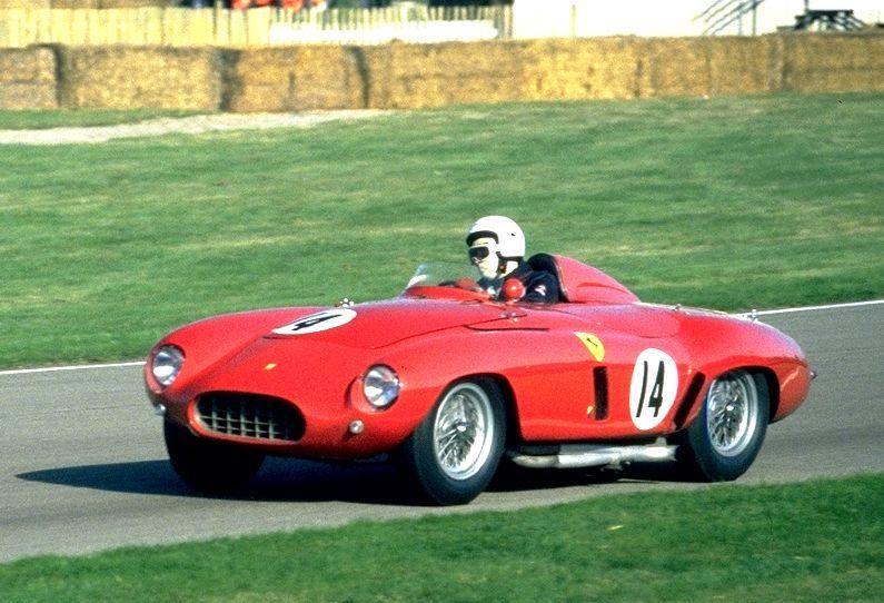 Красный Ferrari 750 Monza, вид сбоку