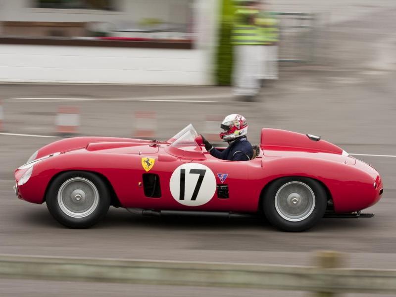 Красный Ferrari 860 Monza вид сбоку