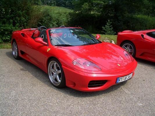 Красный кабриолет Ferrari F360