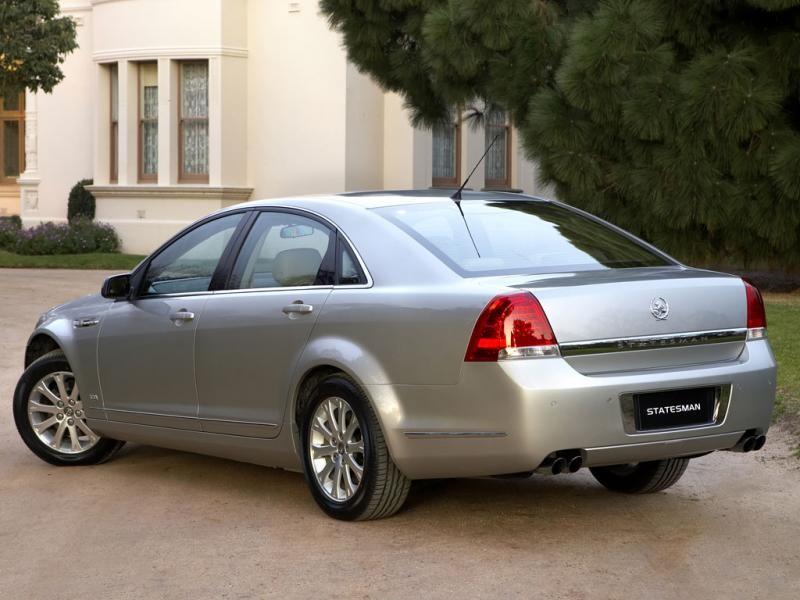 Серебристый  Holden Statesman седан