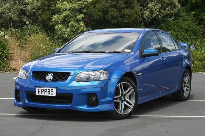 Синий седан Holden Commodore