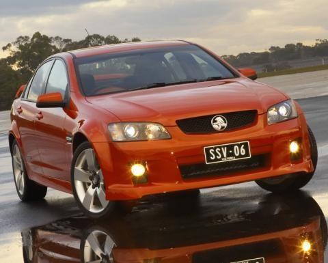 Красный седан Holden Commodore вид спереди