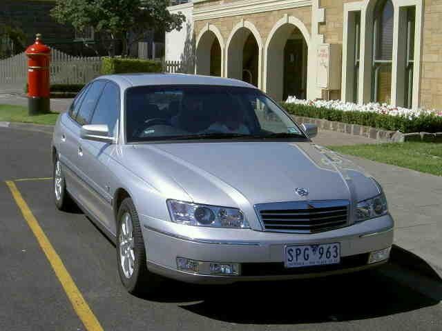 Серебристый седан Holden Statesman вид спереди