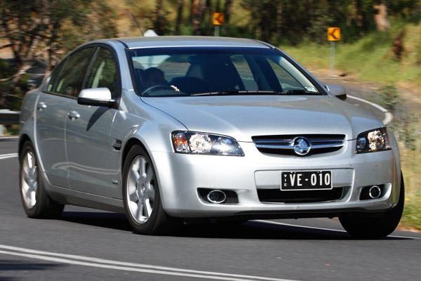 Серебристый седан Holden Commodore вид спереди