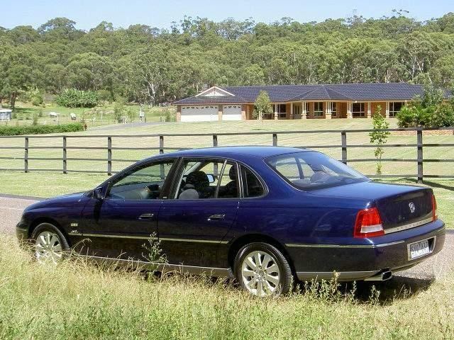 Синий седан Holden Statesman вид сбоку