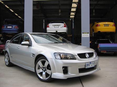 Серебристый Holden Commodore
