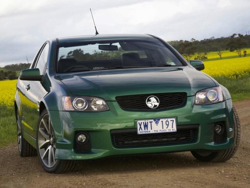 Зеленый седан Holden Commodore вид спереди