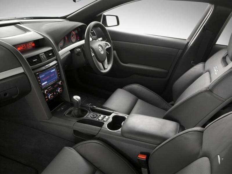 Черный салон, руль, консоль Holden Commodore