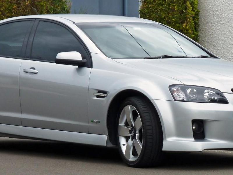 Серебристый седан Holden Commodore вид сбоку
