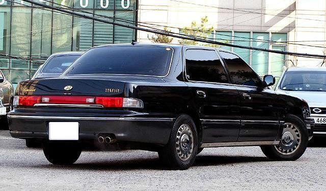 Черный Hyundai Dynasty вид сзади