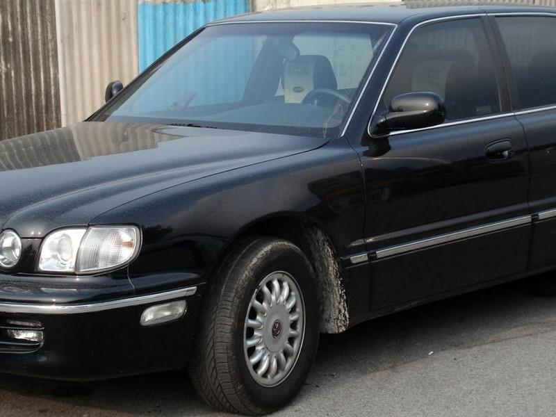 Черный седан Hyundai Dynasty вид сбоку