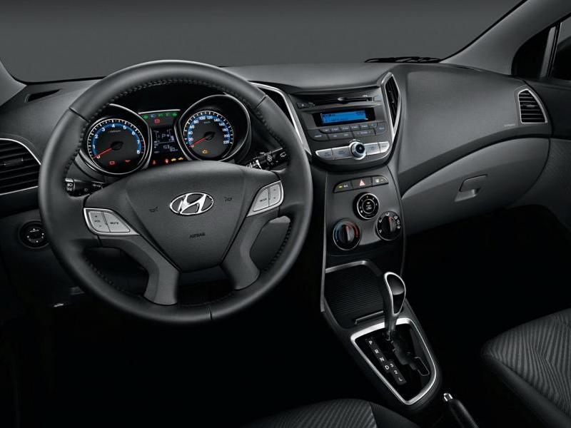 Черный салон, руль, коробка передач, приборная панель Hyundai HB20