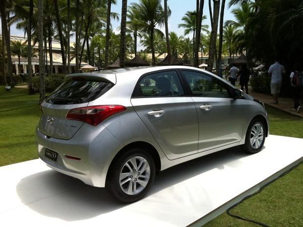 Серебристый хэтчбек Hyundai HB20