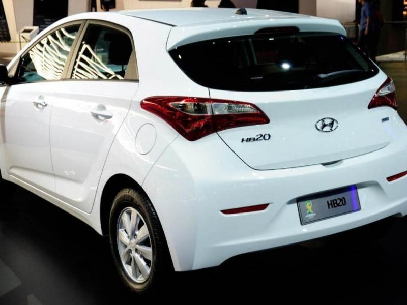 Белый хэтчбек Hyundai HB20 вид сзади