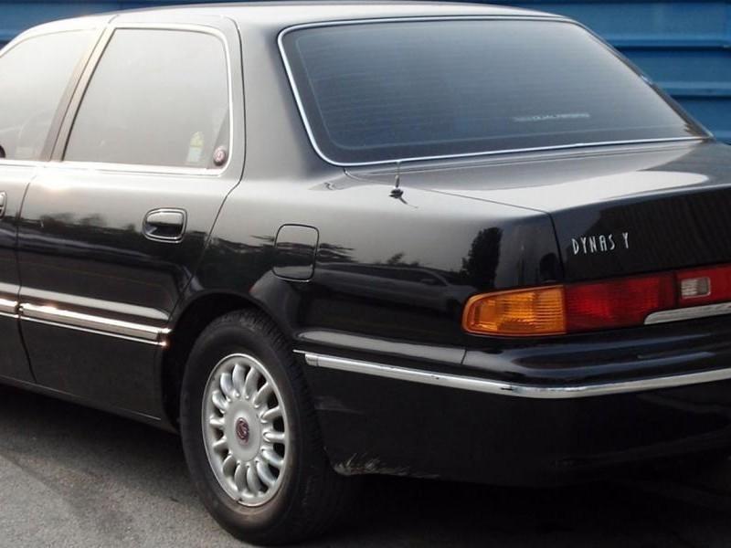 Черный седан Hyundai Dynasty вид сзади