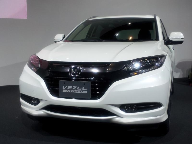 Белый кроссовер Honda Vezel вид спереди