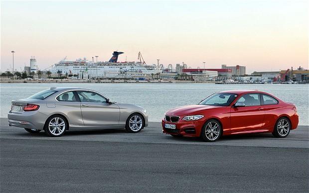 Красный и серебристый BMW 2 Series вид сбоку