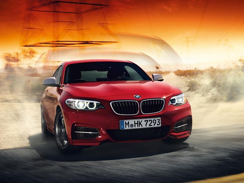Красный купе BMW 2 Series вид спереди