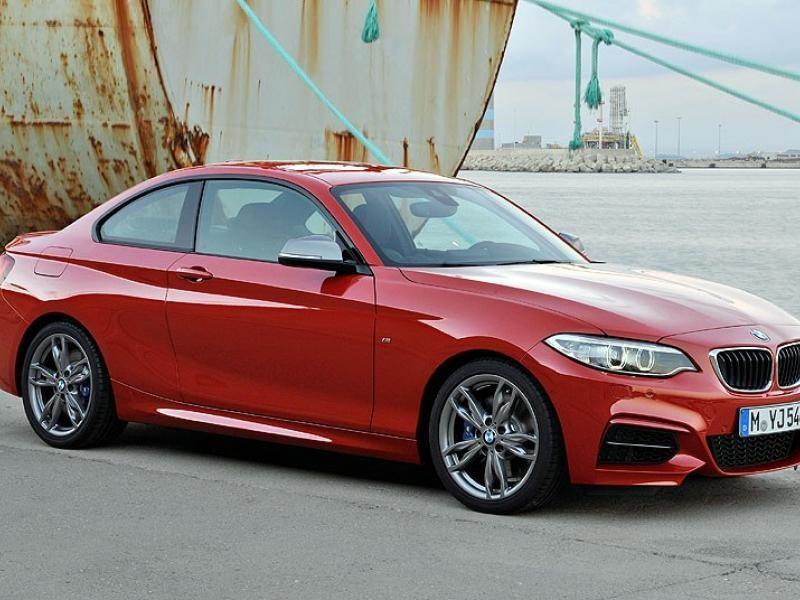 Красный купе BMW 2 Series вид сбоку