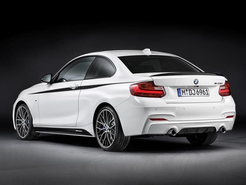 Белый купе BMW 2 Series вид сзади