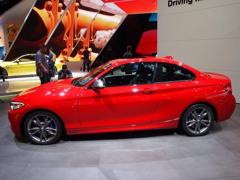 Красный купе BMW 2 Series, вид сбоку