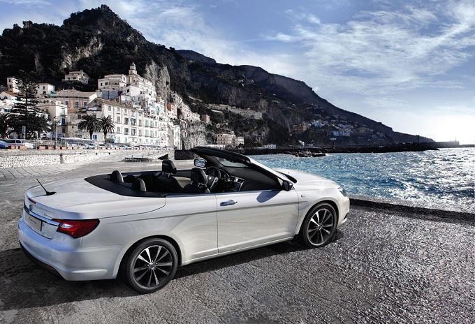 Белый кабриолет Lancia Flavia вид сбоку
