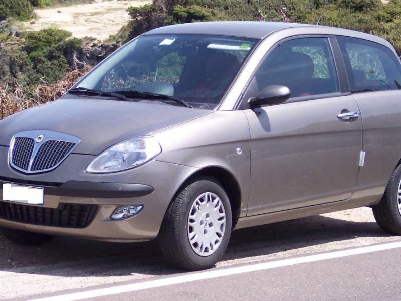 Серебристый хэтчбек Lancia Ypsilon