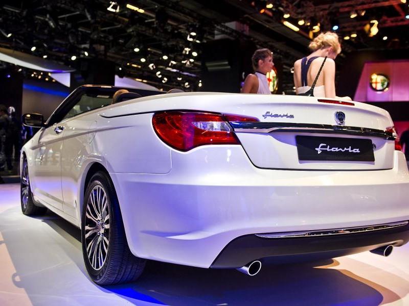 Белый Lancia Flavia Cabrio вид сзади