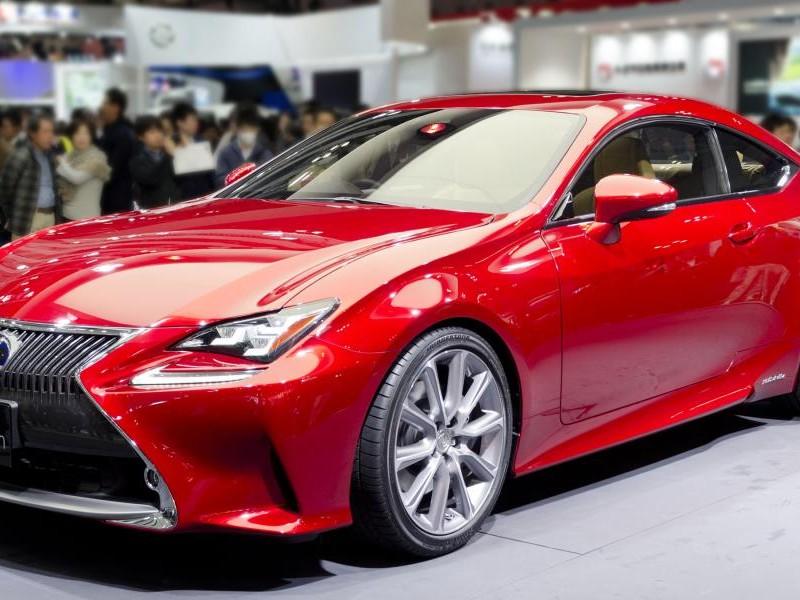 Красный Lexus RC
