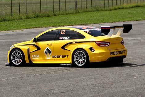 Желтый Lada Vesta WTCC вид сбоку