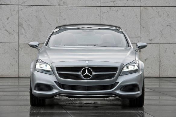 Серебристый Mercedes GLC вид спереди