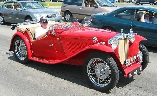 Красный MG TC, вид сбоку