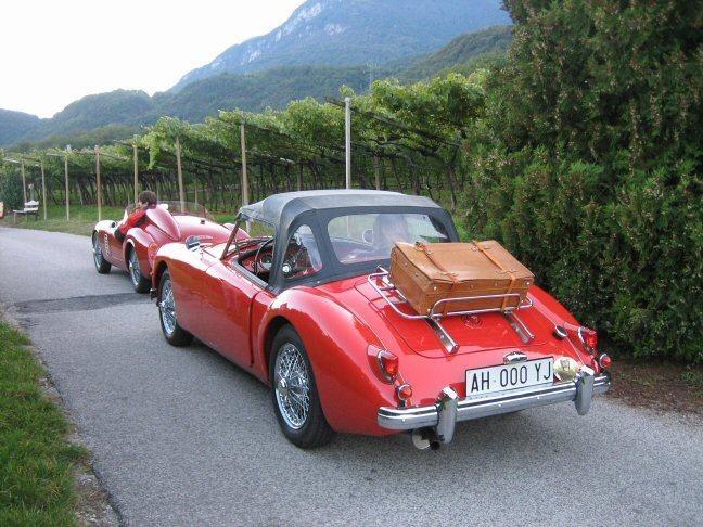 Красный MG A1500 вид сзади