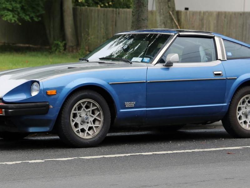 Синий купе Nissan 280ZX, вид сбоку