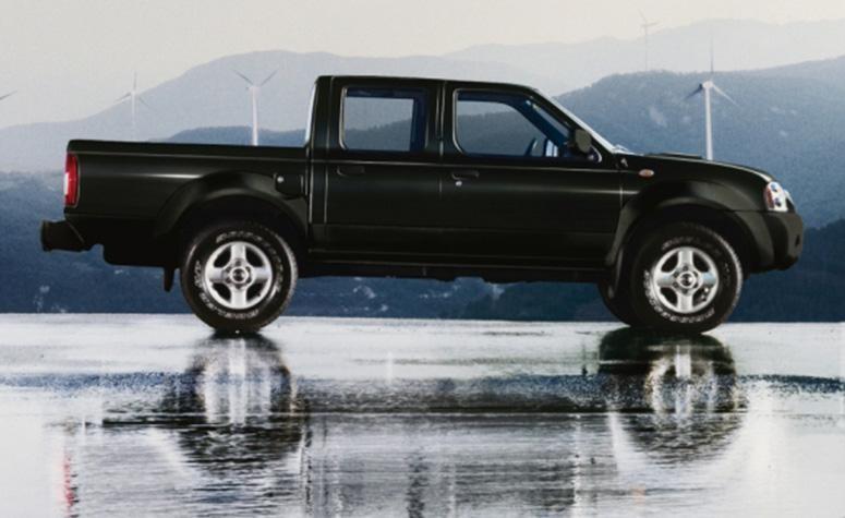 Черный Nissan Pickup вид сбоку