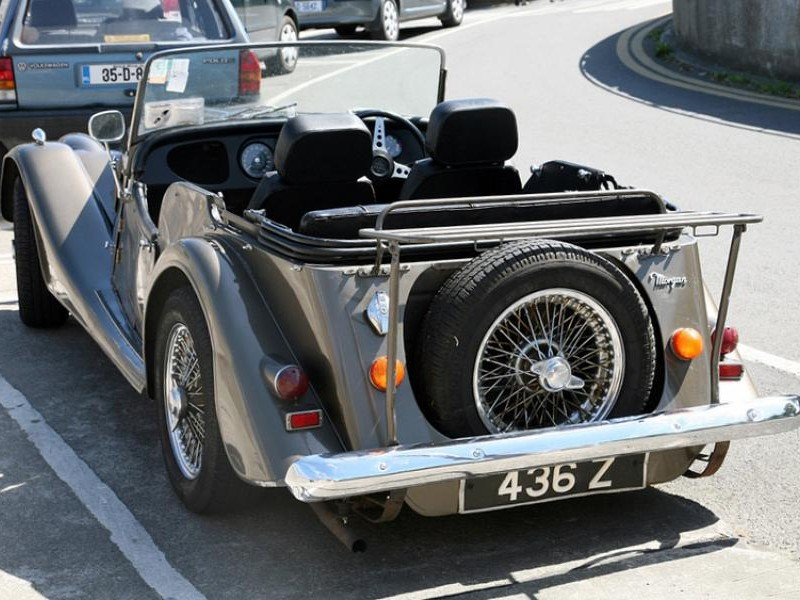 Серебристый Morgan Four Seater вид сзади