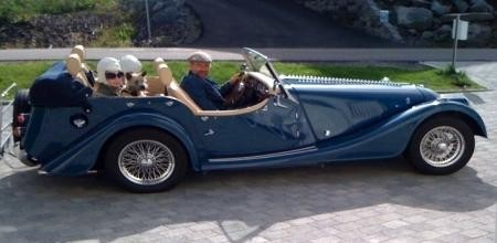 Синий Morgan Four Seater вид сбоку
