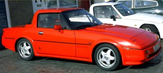 Красный купе Reliant Scimitar Sabre вид сбоку