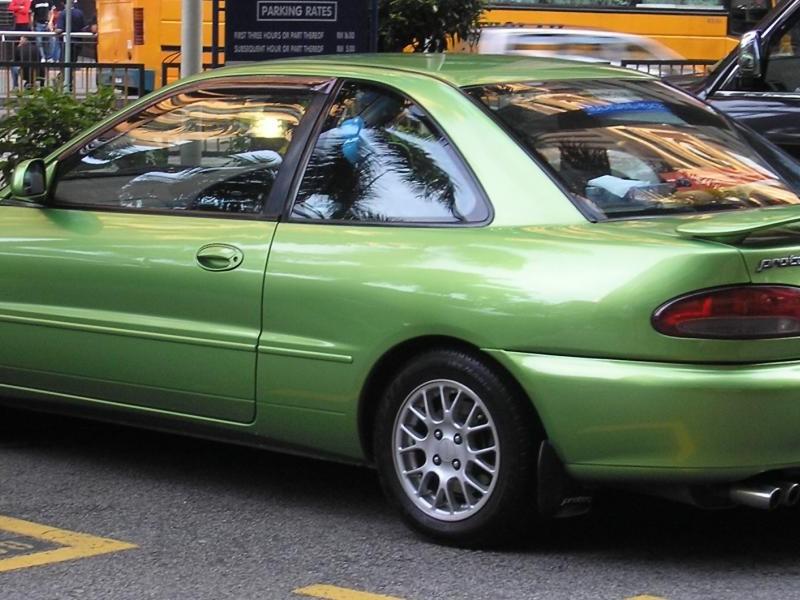 Зеленый купе Proton Putra вид сбоку