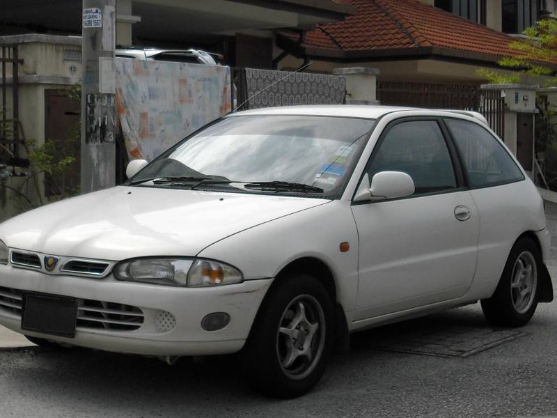 Белый хэтчбек Proton Satria