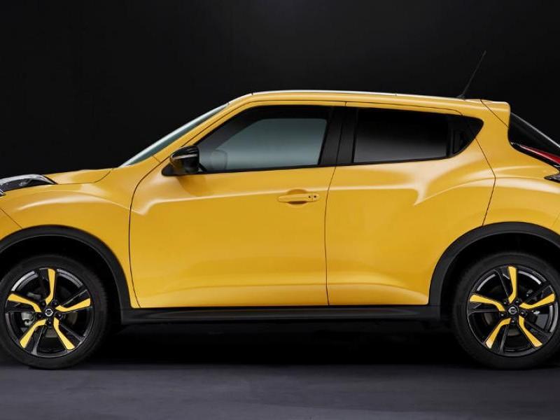 Желтый кроссовер Nissan Juke 2015, вид сбоку