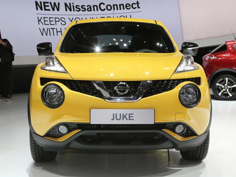 Желтый кроссовер Nissan Juke 2015, вид спереди