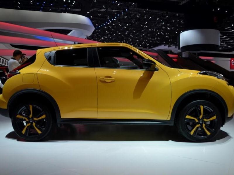 Желтый кроссовер Nissan Juke 2015 вид сбоку